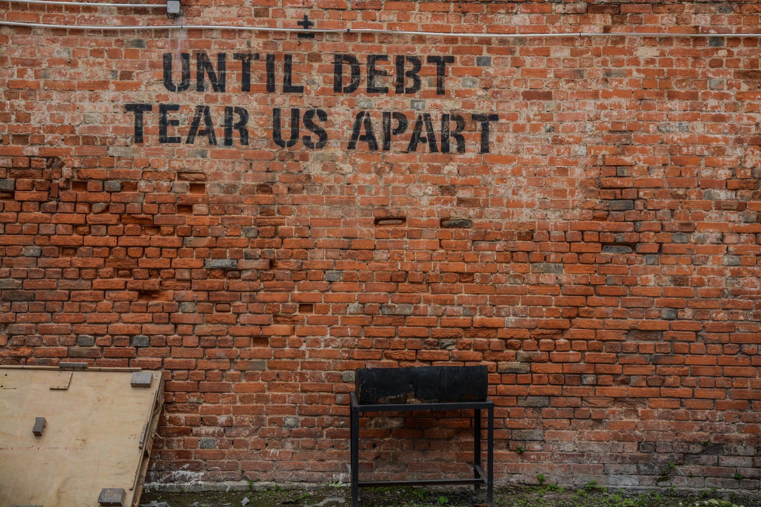Sprühschrift auf Backsteinwand