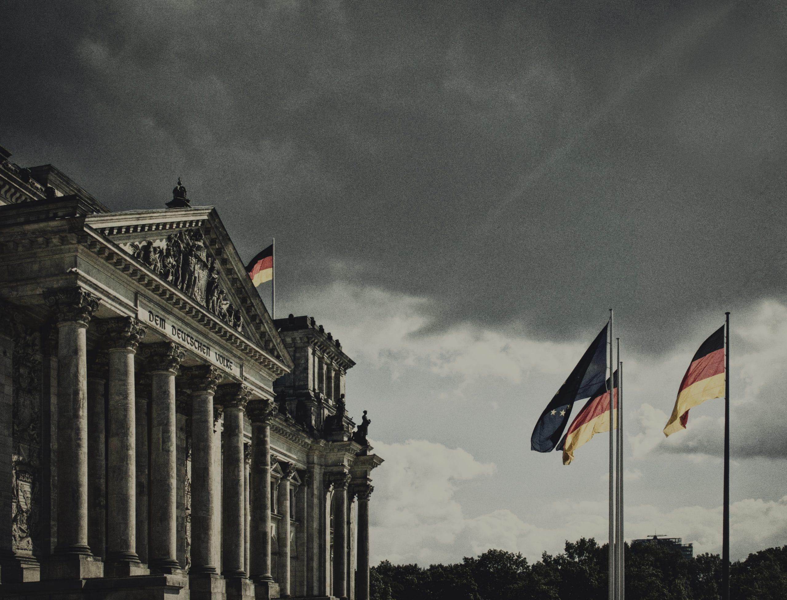 Deutscher Reichstag vor Gewitterwolken