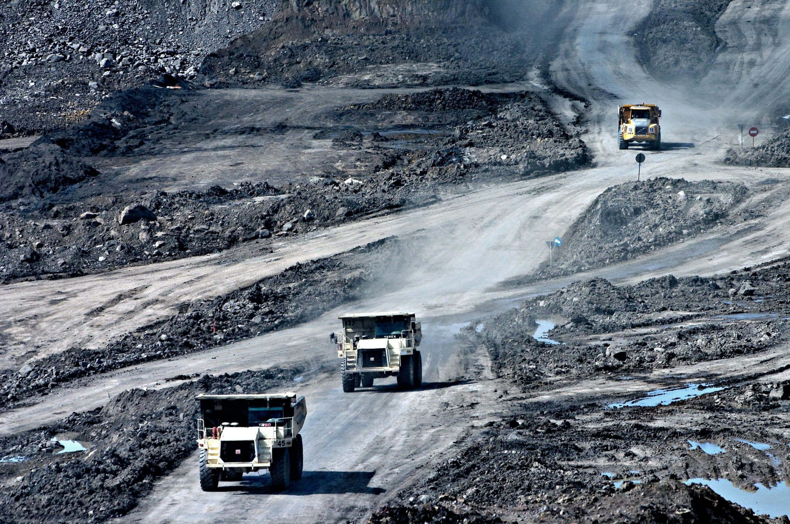 Riesentrucks in einer Mine im Tagebau