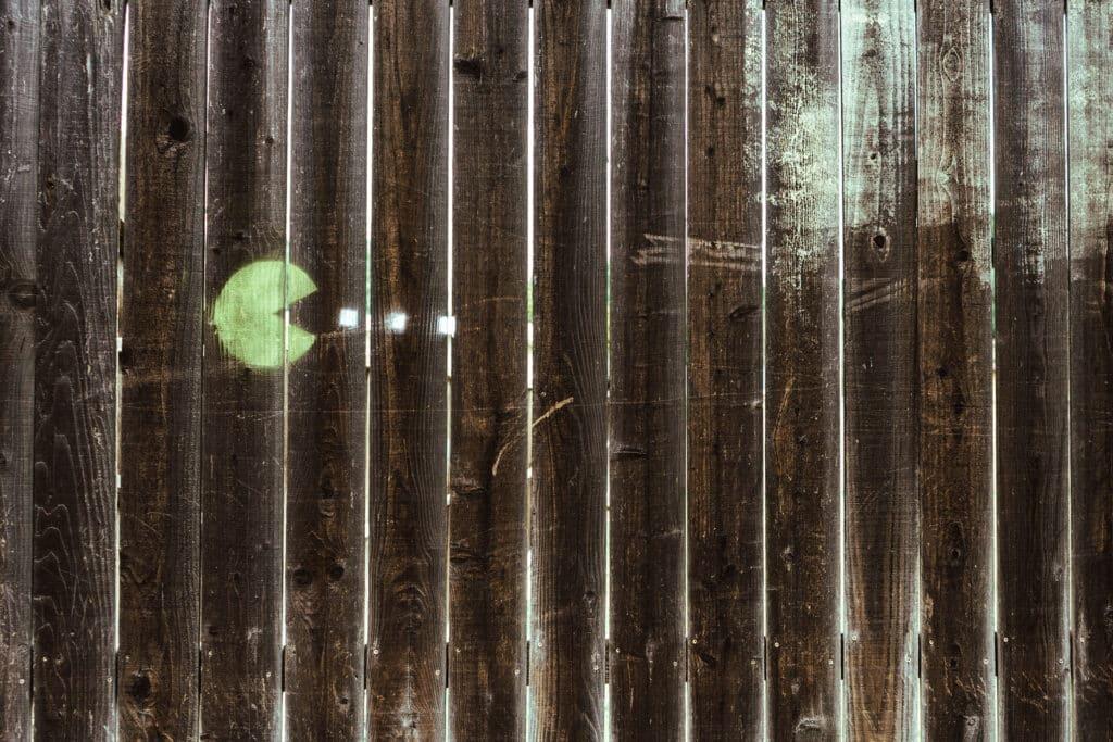 PAC-Man auf Holzwand Graffiti