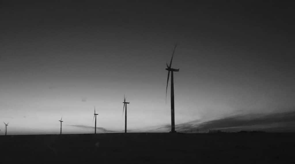 Stromwindräder in düsterer Umgebung