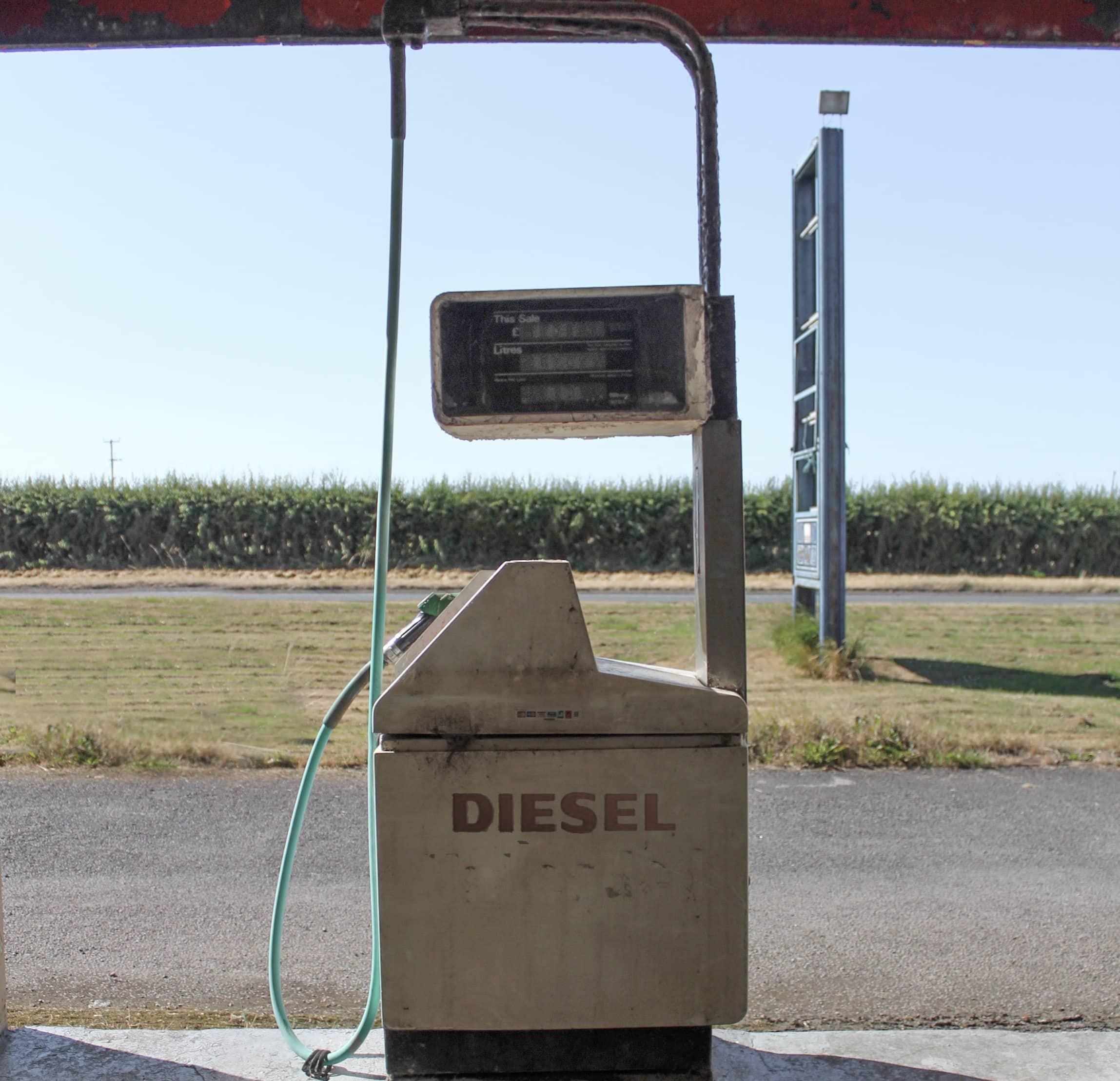 Eine verwaiste Zapfsäule an einer Tankstelle mitten in der Landschaft!