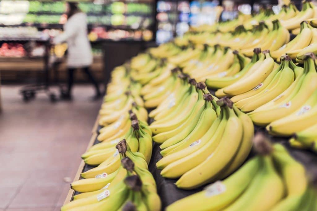 Ein Verkaufstisch mit gelben Bananen auf einem Obstmarkt!