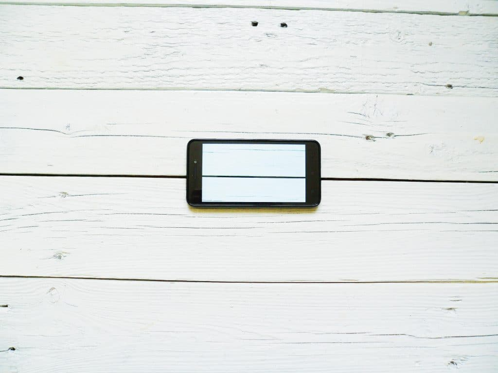 Bildeffekt Iphone auf weisser Holzwand