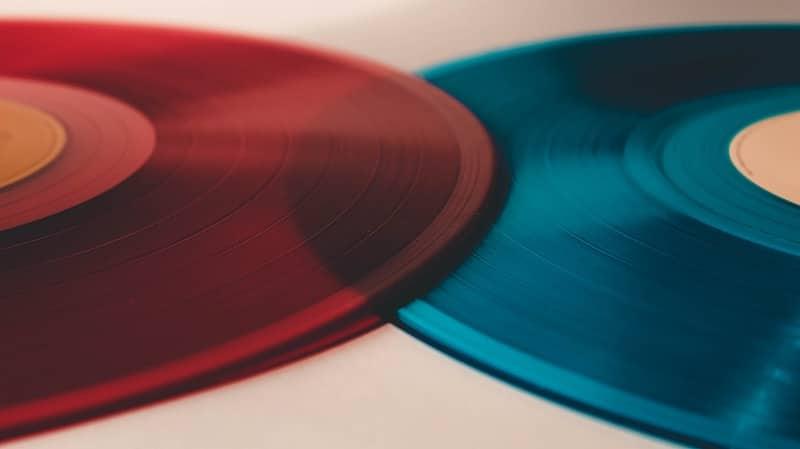Ein Designeffekt - eine rote und eine schwarze Schallplatte aus Vinyl liegen versetzt übereinander.