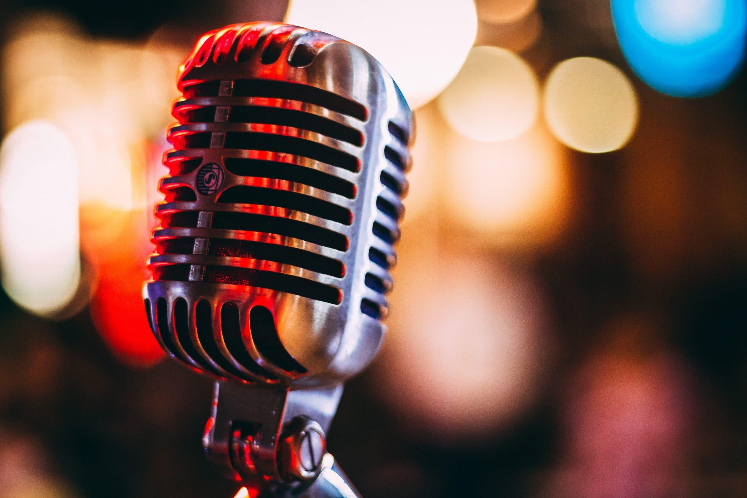 Altes Alu-Mikrofon auf beleuchteter Bühne