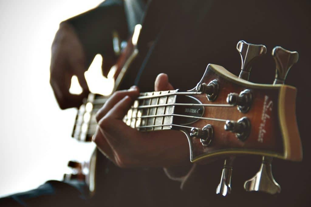Ein Musiker spielt einen E-Bass
