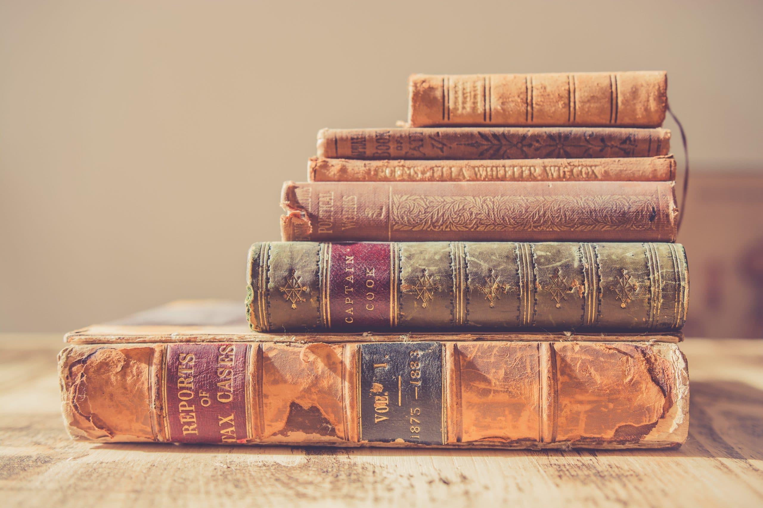 Ein Bücherstapel und Gutenberg der Erfinder des Buchdrucks
