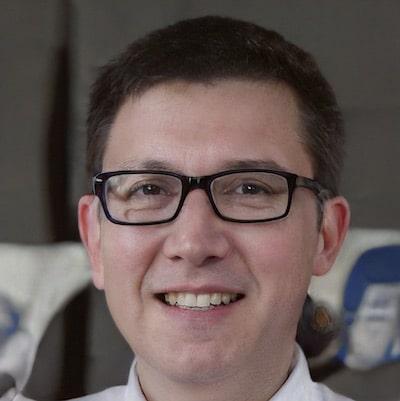 Künstliches Gesicht eines jungen Mannes mit Brille