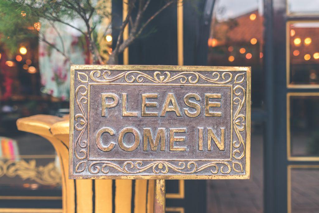 Please Come In Schild an einer Ladentüre